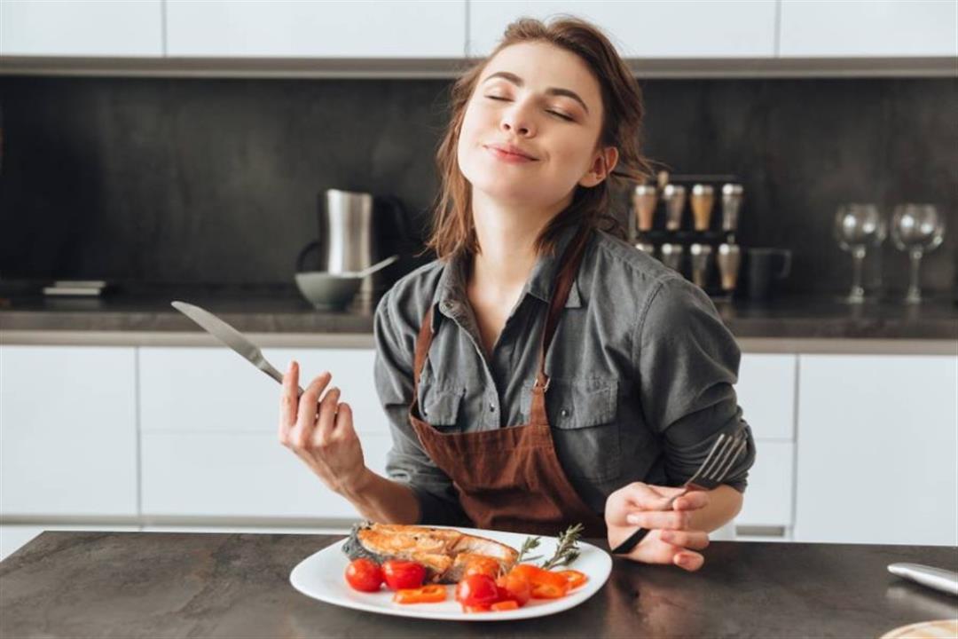 8 أطعمة تساعد على الشعور بالسعادة.. هل تناولتها من قبل؟ (فيديوجرافيك)