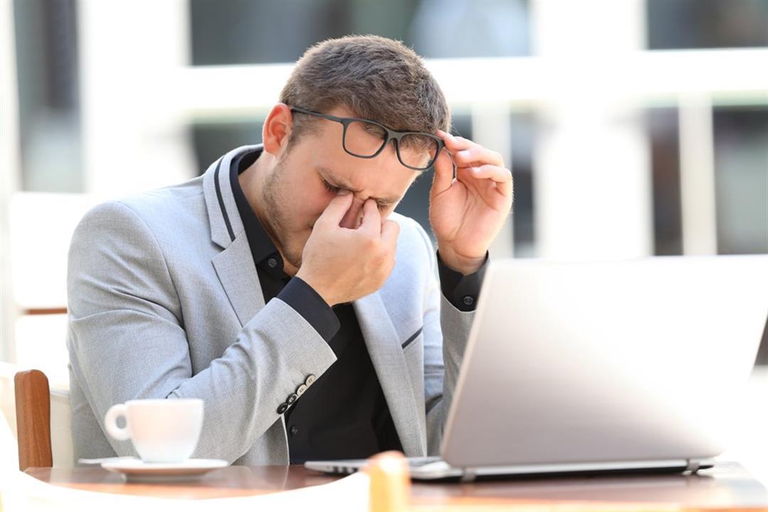 """متلازمة """"عين المكتب"""".. ماذا يحدث عند العمل لساعات طويلة أمام الكمبيوتر؟"""