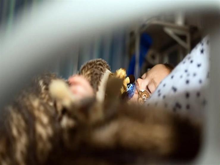 ما قصة الفيروس الذي يتفشى بشكل متزايد بين الأطفال حول العالم؟