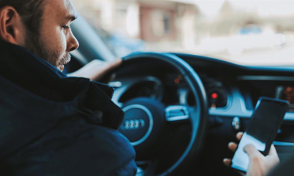 مخاطر النظر للهاتف أثناء القيادة