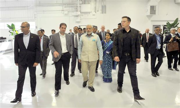 رئيس الوزراء الهندي في زيارة لمصنع تسلا