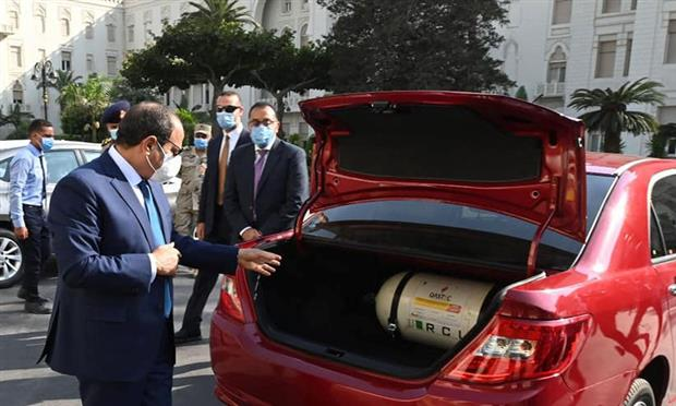 الرئيس يتفقد عدد من السيارات المصنعة محليا المجهزة للعمل بالغاز الطبيعي