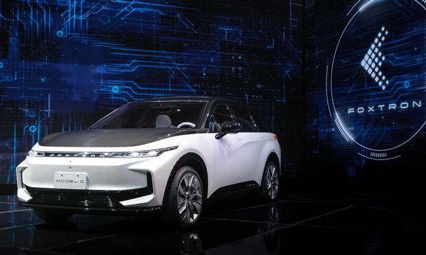من الإلكترونيات إلى صناعة السيارات..فوكسكون التيوانية تقدم 3 سيارات كهربائية