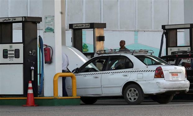سيارة تاكسي داخل إحدى محطات الغاز الطبيعي