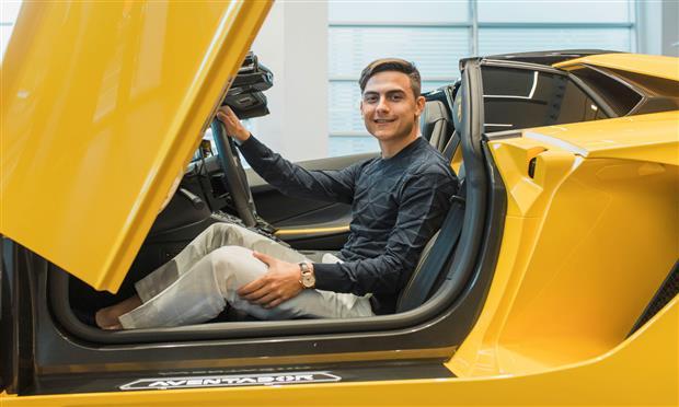 لاعب كرة القدم باولو ديبالا بجانب سيارته الجديدة لامبورجيني أفينتادور إس رودستر