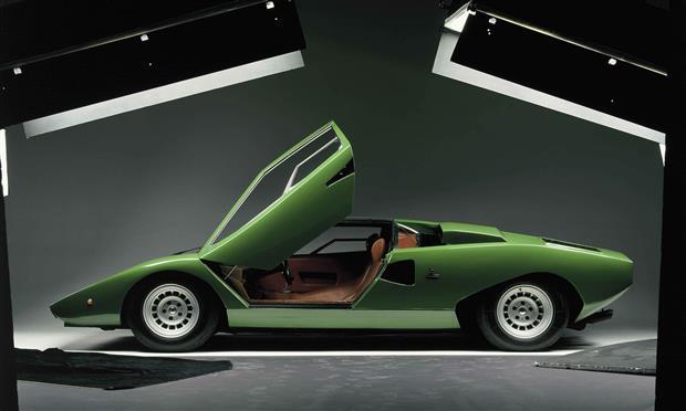 لامبورجيني تستعرض سياراتها ذات محركات V12