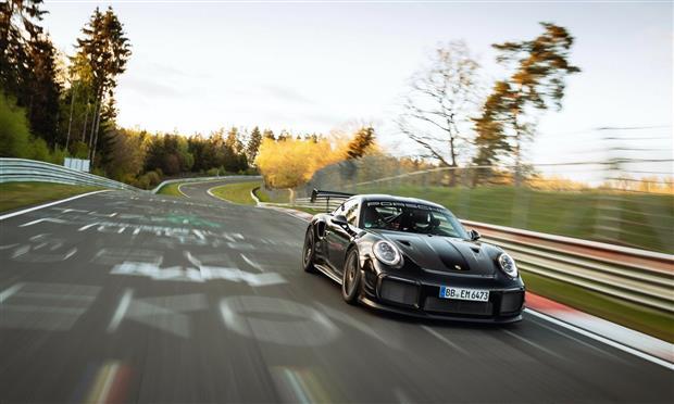 بورشه 911 GT2RS...أسرع سيارة إنتاجية للطرقات على حلبة Nurburgring – صور وتفاصيل