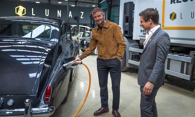 ديفيد بيكهام يستثمر في لوناز المتخصصة بكهربة السيارات الكلاسيكية
