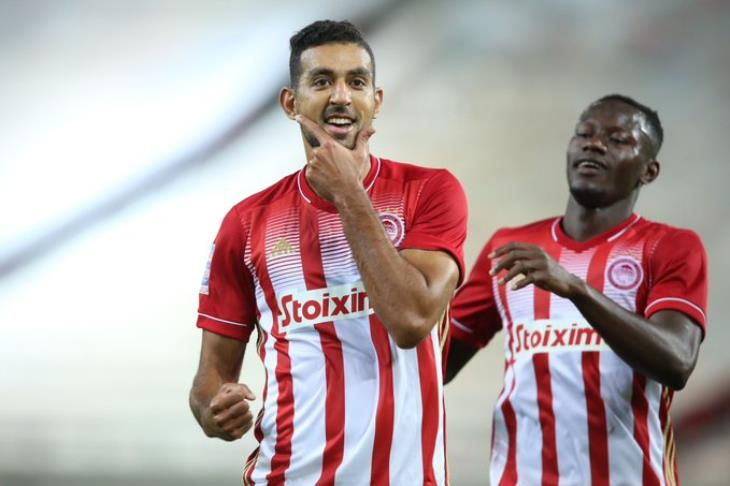ثنائية كوكا في ديربي الأعداء تقود أولمبياكوس لحسم لقب الدوري مبكرًا