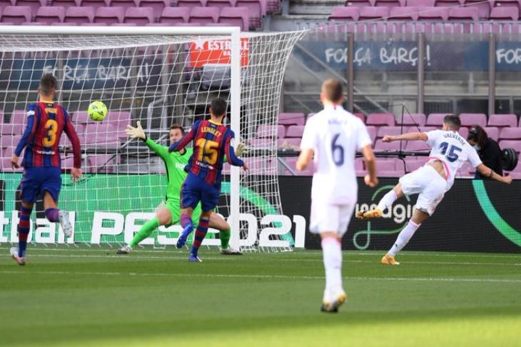 الكلاسيكو بين برشلونة وريال مدريد بحضور جماهيري 100%