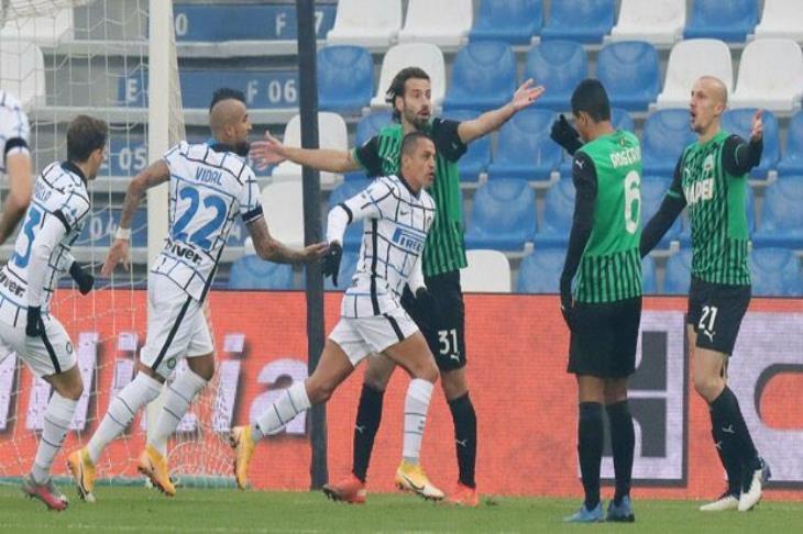 إنتر يدخل صراع صدارة الدوري الإيطالي بإيقاف ساسولو