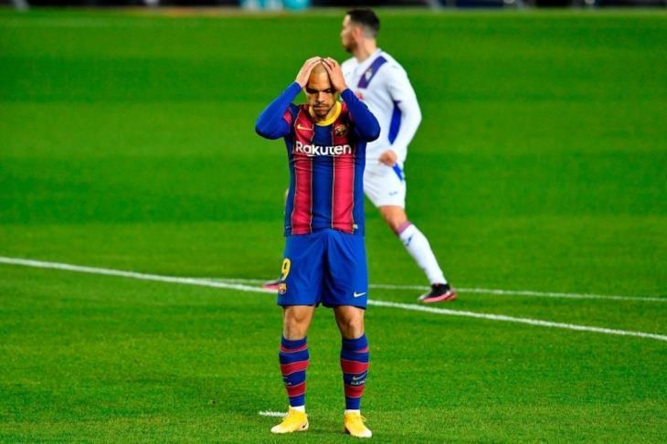 برشلونة يؤكد خضوع برايثوايت لعملية جراحية في ركبته اليسرى