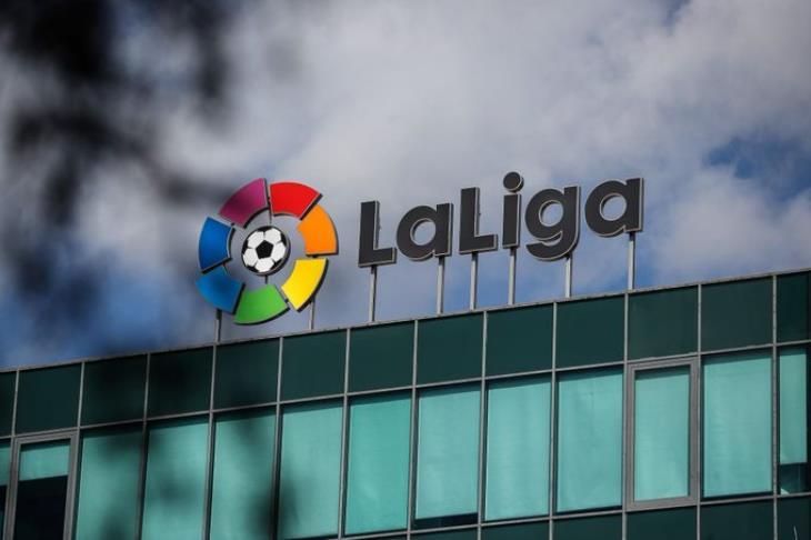 رئيس وزراء إسبانيا: الكرة ستعود في أقرب وقت لكن من خلال التلفاز