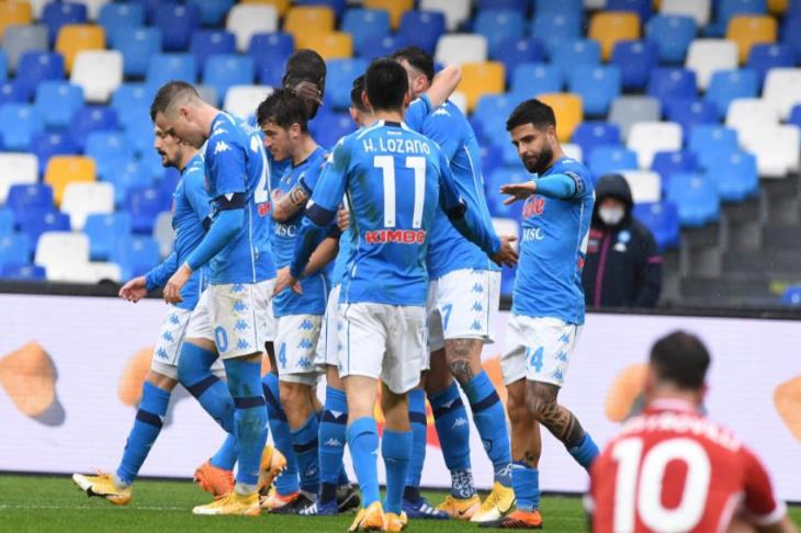 ميلان يسقط في عقر داره أمام نابولي ويواصل الابتعاد عن قمة الدوري الإيطالي (فيديو)