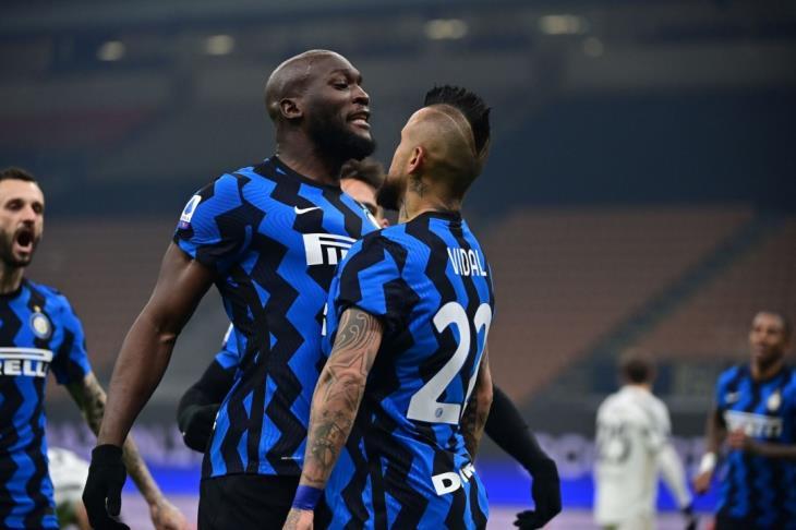 إنتر ميلان يُسقط يوفنتوس بثنائية ويتصدر الدوري الإيطالي مؤقتا
