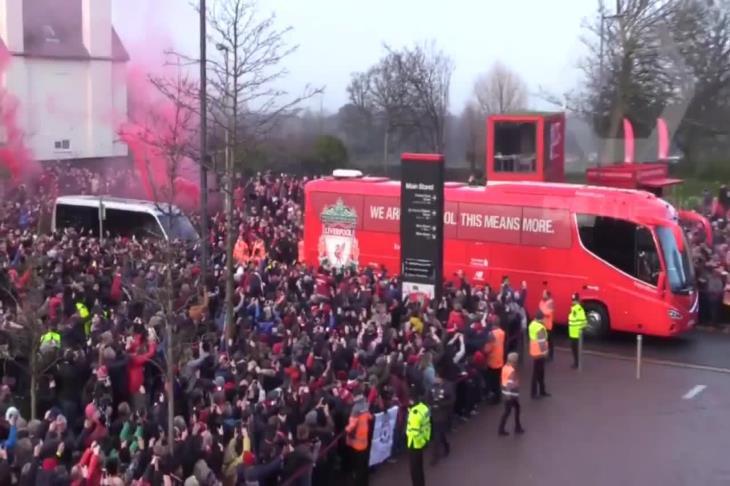 جماهير يونايتد تحاول اعتراض حافلة ليفربول وتعود للتظاهر أمام أولد ترافورد