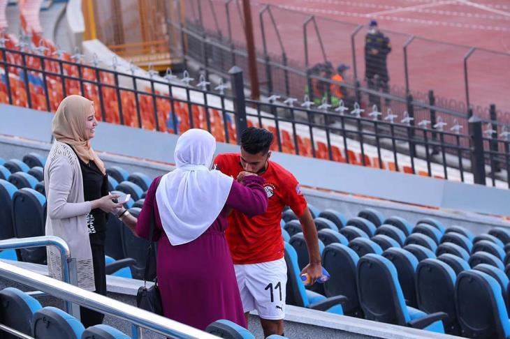 """""""جمهورك الأول"""".. يلا كورة يحكي قصة هدف انتهى باحتفال بين لاعب وأمه"""