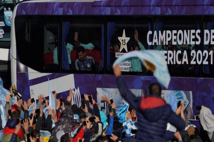 بالفيديو.. الأرجنتين تعود لبوينس آيرس بكأس كوبا وسط حشد جماهيري