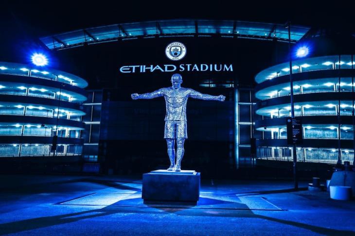 بالصور.. مانشستر سيتي يكشف عن تماثيل لديفيد سيلفا وكومباني أمام ملعب الاتحاد