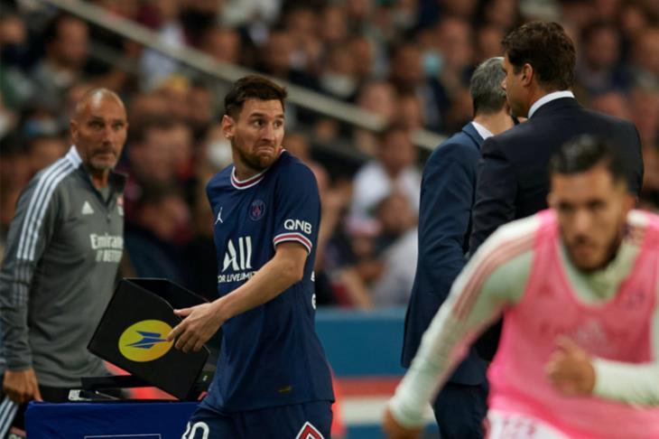 بالفيديو.. ميسي يخرج غاضبا ويرفض مصافحة المدرب بوكيتينو بعد استبداله